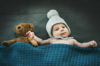 Baby Fotografie Newborn Neugeborener Junge Teddybaer Und Muetze