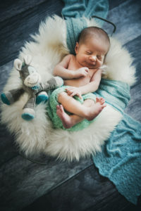 Babyfotografie Junge Neugebornener Kuscheltier Fell Wanne Boden