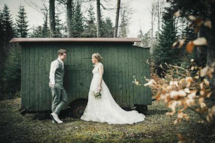 Bauwagen Portrait Hochzeitsfotografie Brautpaar Sommerberg