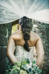 Braut Ruecken Brautstrauss Schleier Hochzeitsfotografie Schlosspark