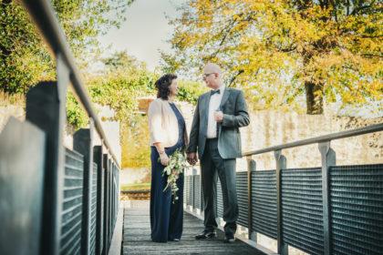 Bruecke Schlossgarten Brautpaar Hochzeitsfotografie