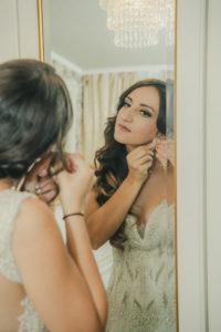 Gettingready Braut Ohrring Spiegel Portrait