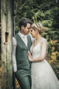 Hochzeitsfotografie Brautpaar Portraitshooting Natur Holztür Waldklassenzimmer Sommerberg