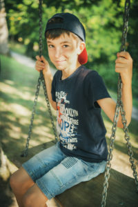 Junge Schaukel Kurpark Badwildbad Portraitfoto