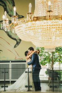 Kuss Brautpaar Braut Bräutigam Kronleuchter Kursaal