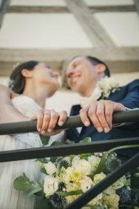 Liebe Hochzeitsfotografie Gelaender Ringe Haende Wedding Schloss Neuenbuerg