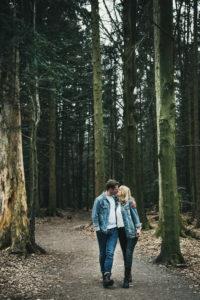 Paarshooting Kuss Waldspaziergang Sommerberg Baeume Waldweg