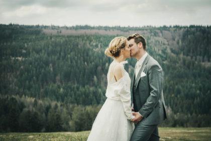 Portraitfotografie Sommerberg Badwildbad Brautpaar Kuss Natur