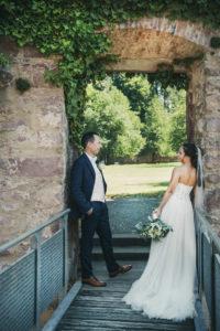 Schlossgarten Braut Hochzeitspaar Torbogen Durchgang Hochzeitsfotografie